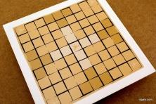 W ustawieniu początkowym na jasnych polach stają białe z królem w centrum (8+1), na ciemnych - czarne (16)