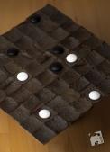 Białe wygrały - gracz utworzył kwadrat na obszarze 5x5.