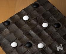 Czerne utworzyły kwadrat na obszarze 5x5, lecz jego boki są równoległe do brzegów planszy. Gra toczy się dalej.