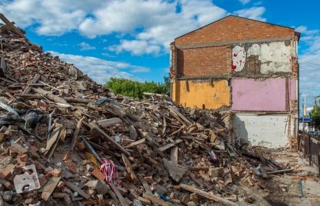 wyburzanie kamienic na Warszawskiej w Wołominie